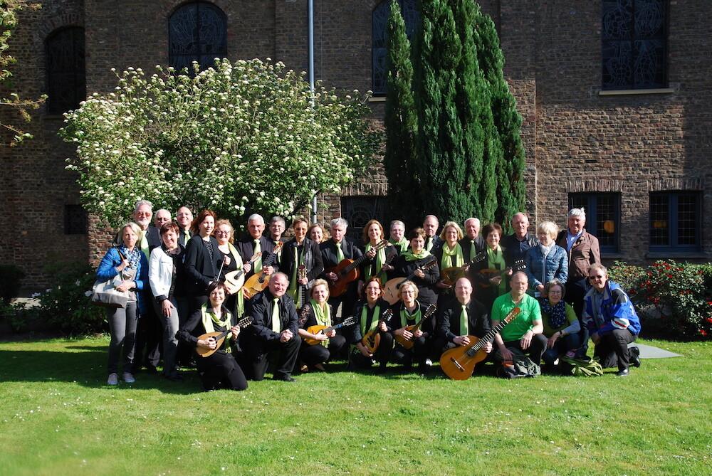 Orchester und Fans nach dem Wertungsspiel vor Haus Overbach in Jülich